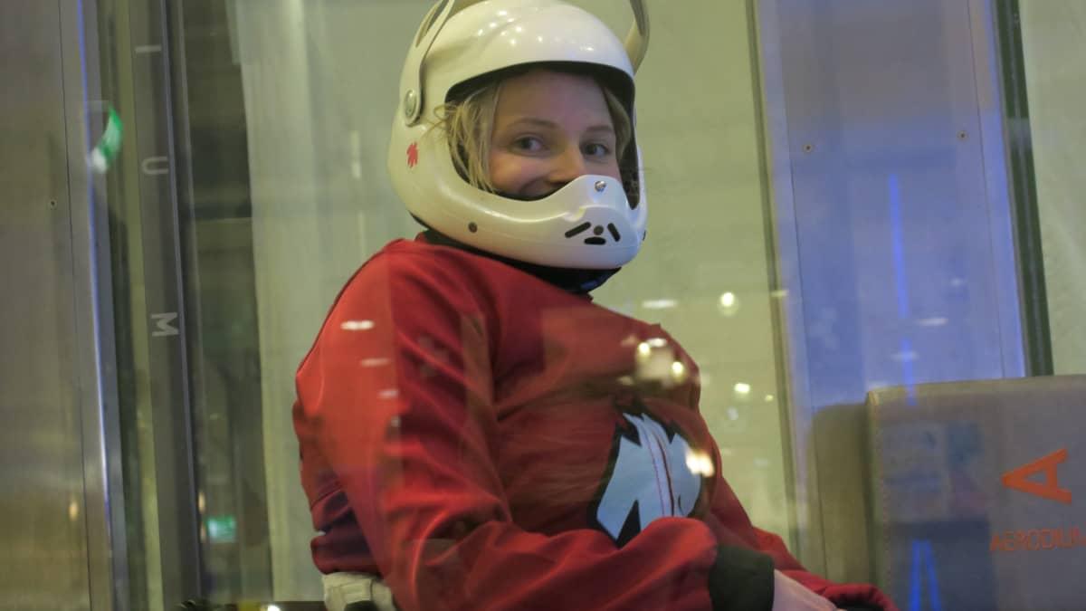 Ratakelaaja Amanda Kotaja kypärä päässään tuulitunnelin vieressä.