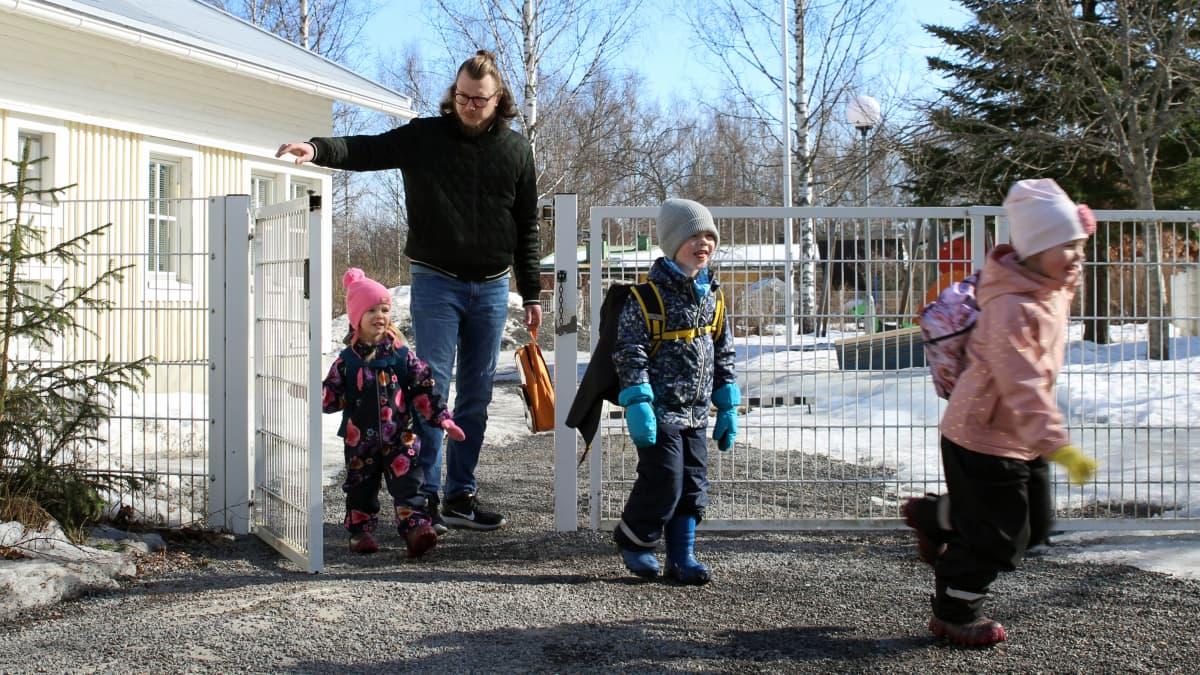 Jaakko Palmunen tulee kolmena lapsen kanssa päiväkodin portista kadulle.