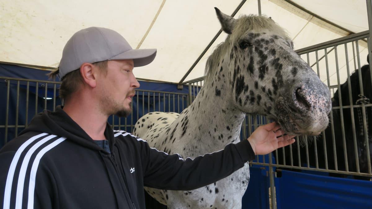 Carl Jernström jr. on kiertänyt koko ikänsä sirkuksen mukana ja esiintynyt muun muassa taikurina ja taitoratsastajana Frosti-hevosensa kanssa.