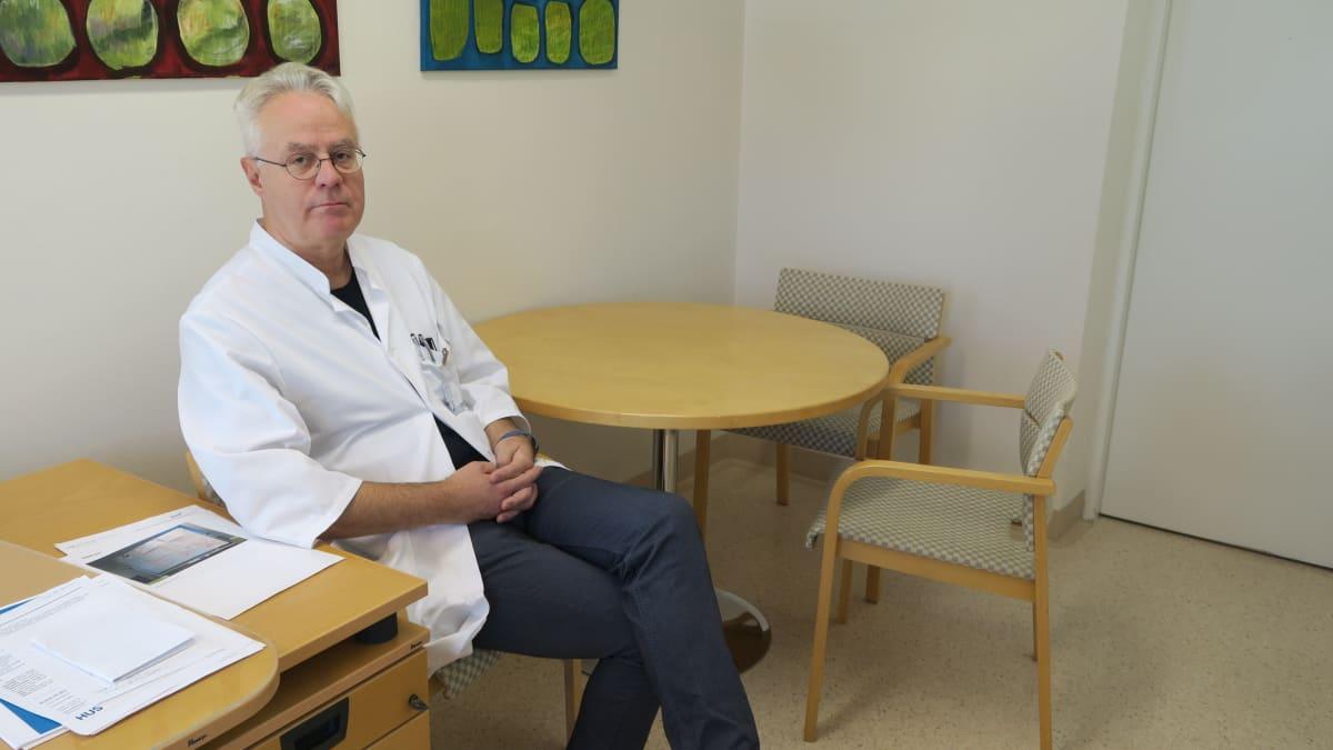 Raaseporin sairaalan johtava lääkäri Peter Braskén kantaa huolta sairaalan tulevaisuudesta.