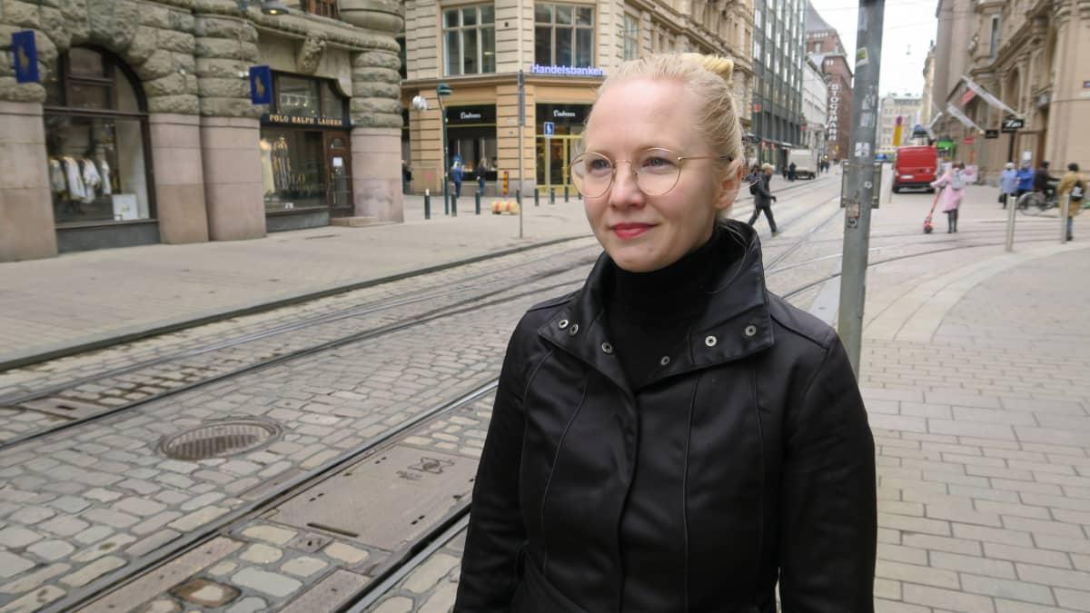 Helsingin kaupungin johtava arkkitehti Kerttu Kurki-Issakainen ymmärtää kaupunkilaisten huolen, mutta luottaa keskustan elinvoiman lähtevän uuteen nousuun.
