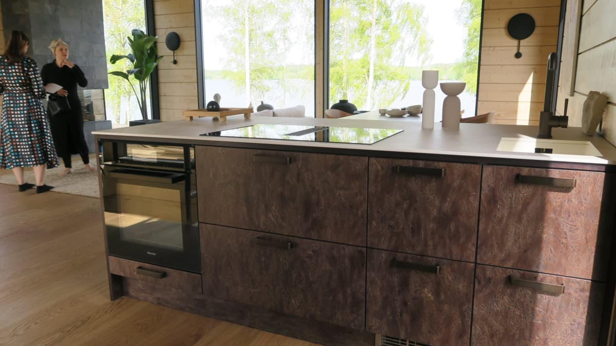 Pauliina Piiraisen keittiö on pieni, mutta siinä on silti runsaasti pöytä- ja säilytystilaa. Taustalla Piiraisen lisäksi sisustussuunnittelija Johanna Hernesniemi.