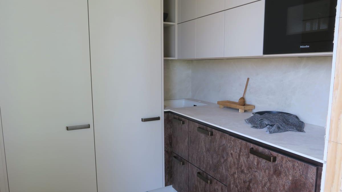 Keittiösyvennyksessä on pinta-alaa vain neljä neliötä. Vasemmalla olevien kylmälaitteiden päällä on säilytystilaa kattoon asti.
