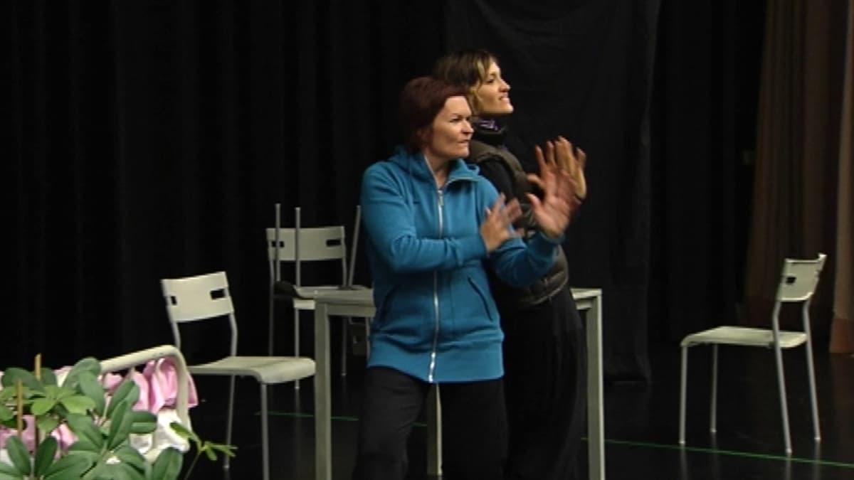 Viittomakielisiä näyttelijöitä lavalla