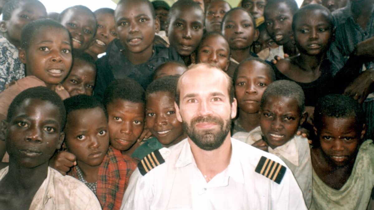aJnne Ropponen ugandalaislasten ympäröimänä