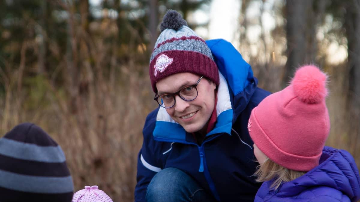 Antti Lehtokannas lasten kanssa hiekkalaatikolla.