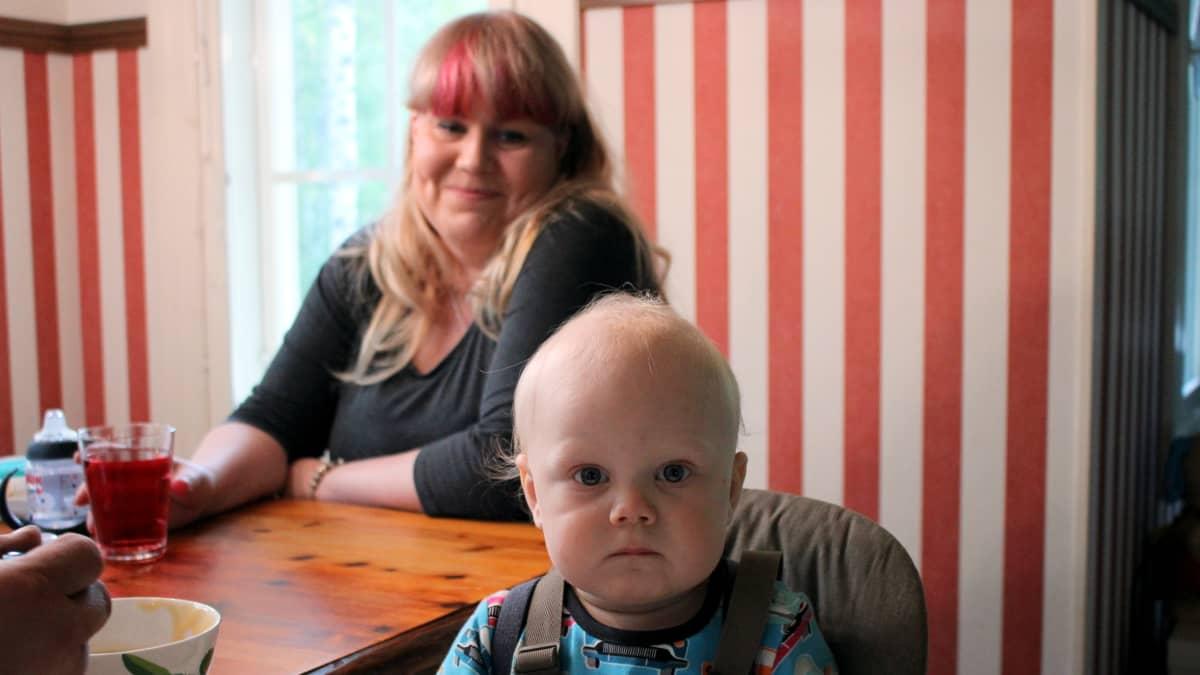 Vuoden ikäinen lapsi äitinsä kanssa.