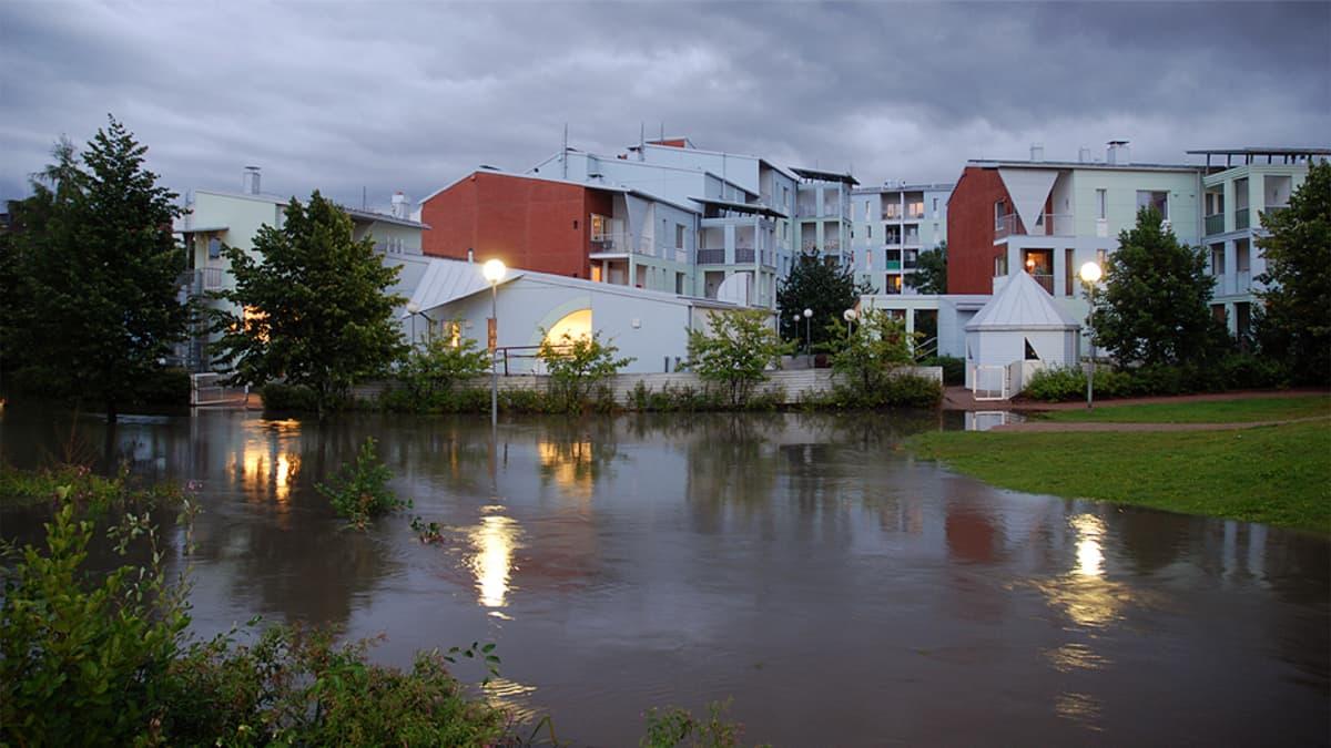 Tulviva Mätäpuro Pikku-Huopalahdessa.