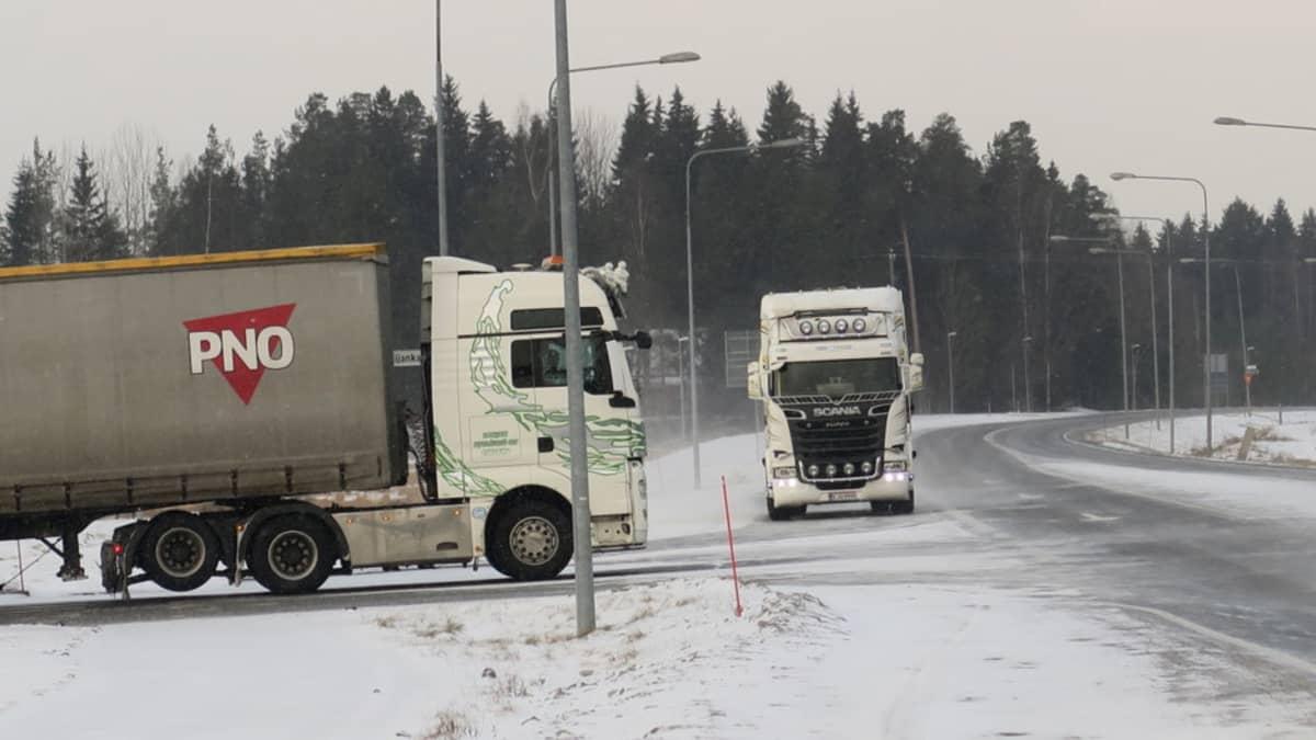 Kaksi raskaan liikenteen ajoneuvoa talvisessa risteyksessä