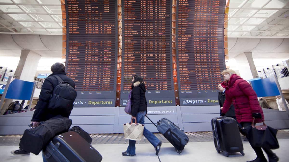 Matkustajia Charles de Gaullen lentoasemalla.