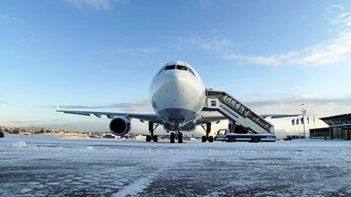Finnairin Airbus pysäköityn' lentokentällä