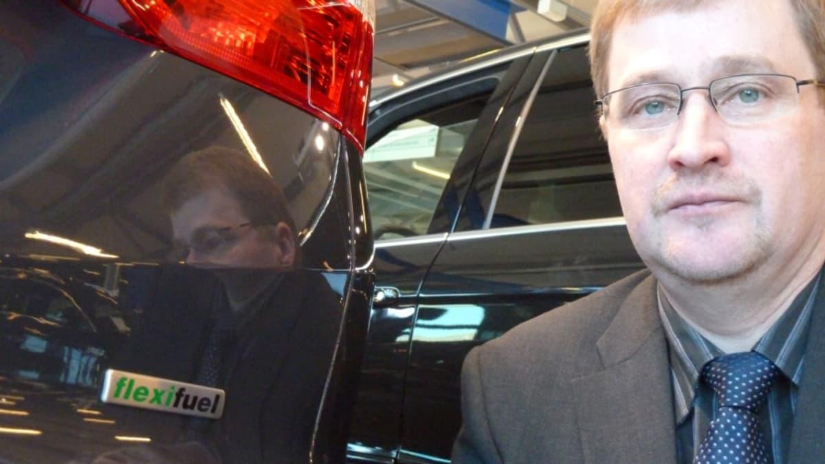 Flexfuel-auton  tuntee vain takaluukun merkistä, sanoo tuotepäällikkö Markku Tirronniemi.