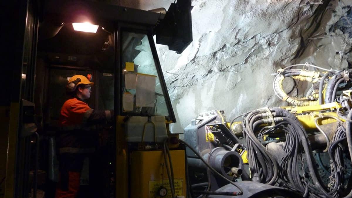 Naiskaivosmies Henna Ubal Garro ohjaa suurta konetta kaivoksessa