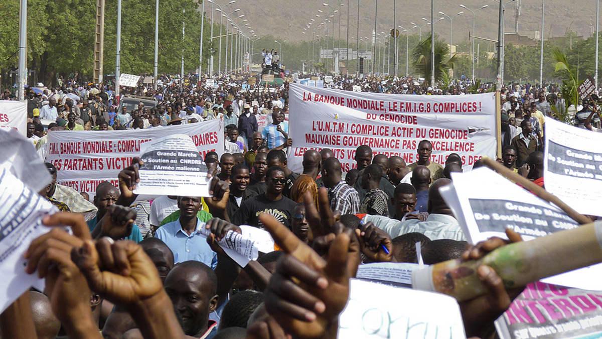 Tuhannet ihmiset osoittivat mieltään vallan kaapanneen sotilasjuntan puolesta.