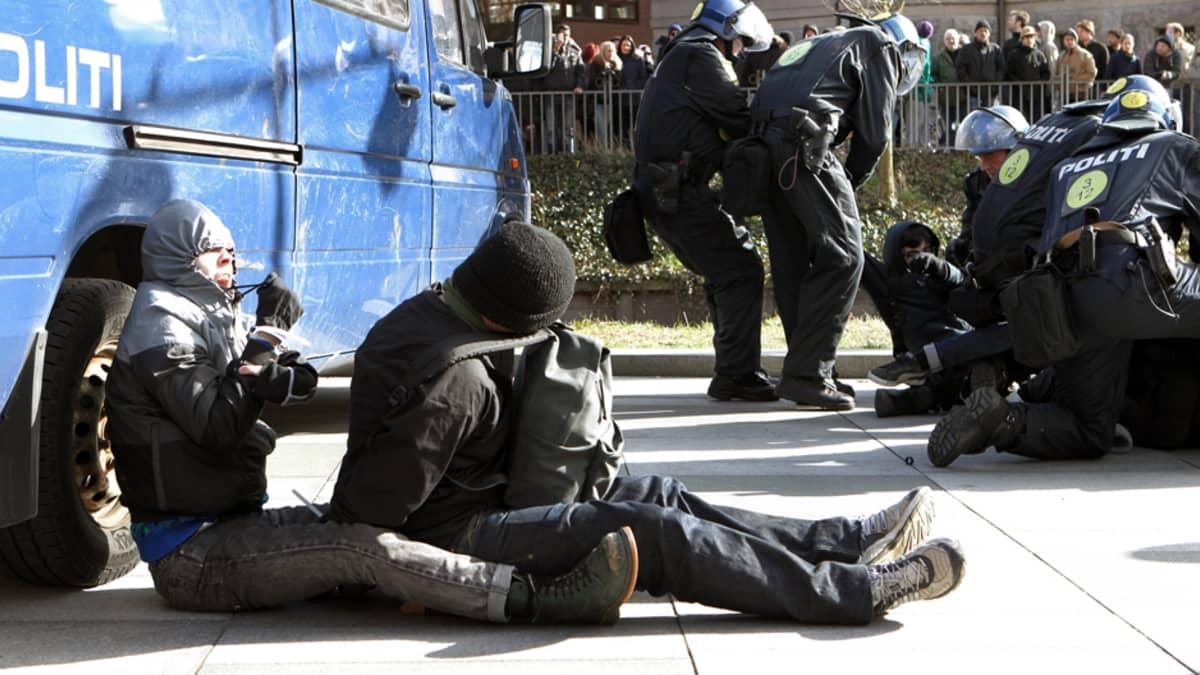 Tanskan poliisi pidättää mielenosoittajia Aarhusissa lauantaina.