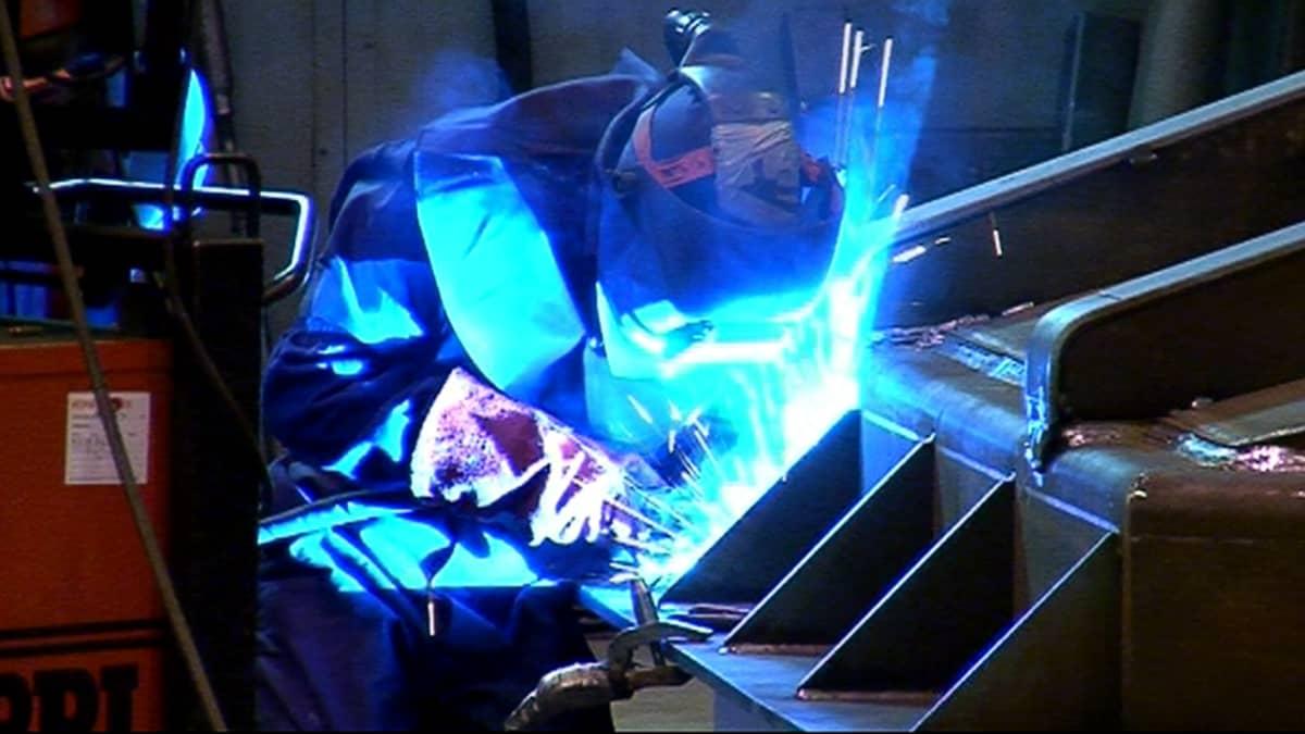 Hitsaaja työssään Transtechin tehtaalla.