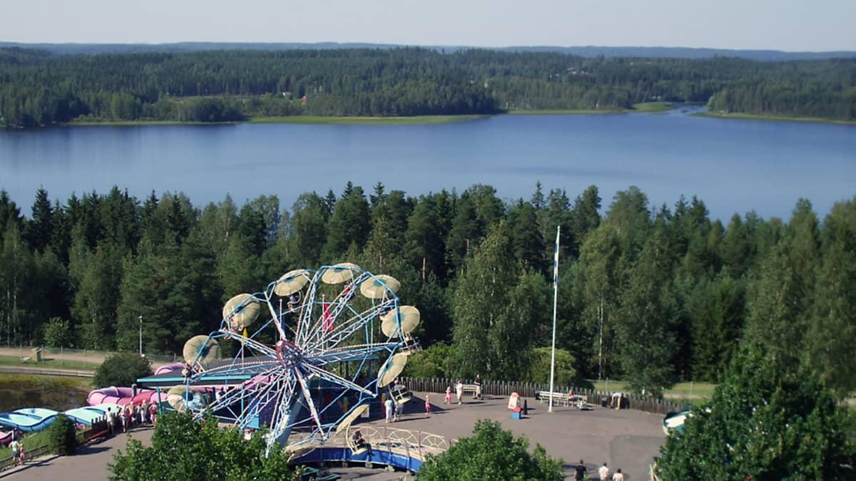 Tykkimäen huvipuistolaite pyörii Käyrälammen edustalla.