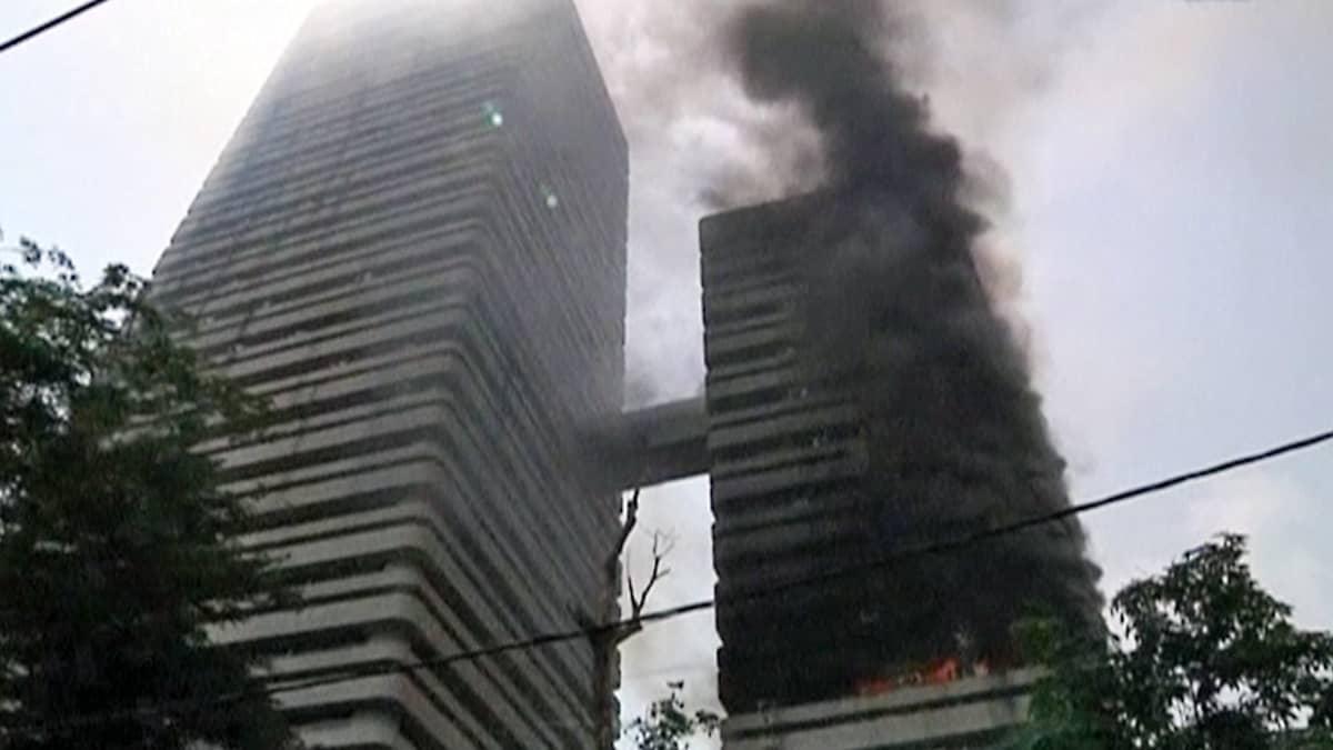 Tulipalo riehui Norsunluurannikon valtiovarainministeriön rakennuksessa Abidjanissa.