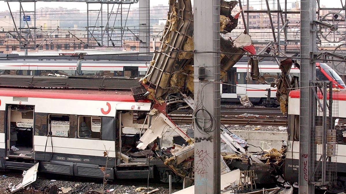 Pommi-iskussa tuhoutunut lähijunan vaunu rautatieasemalla.