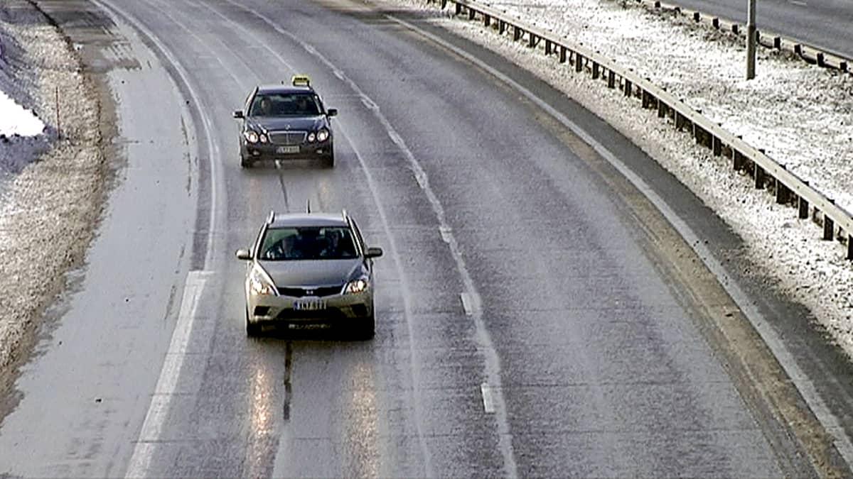 Liikennettä moottoritiellä