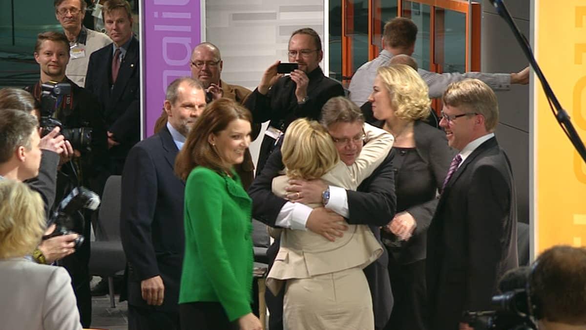 Perussuomalaisten Timo Soini keräsi onnitteluja muilta puoluejohtajilta saavuttuaan Musiikkitaloon.