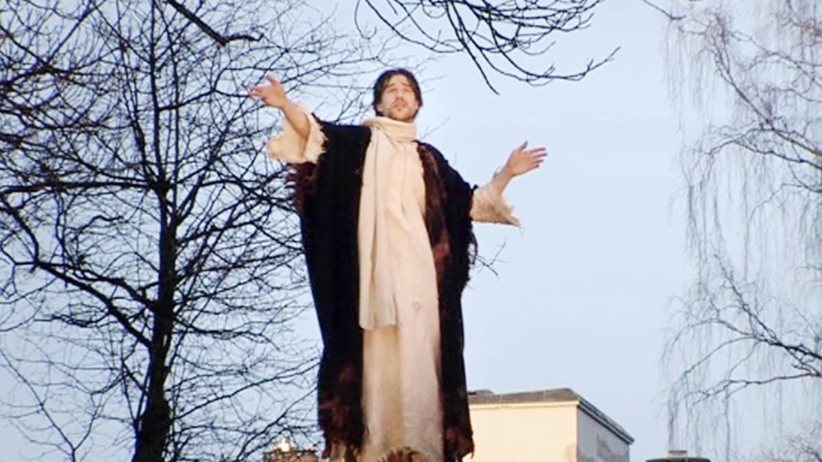 Näyttelijä Tomi Alatalo esittää Jeesusta Via Crucis - Ristin tie -pääsiäisnäytelmässä.