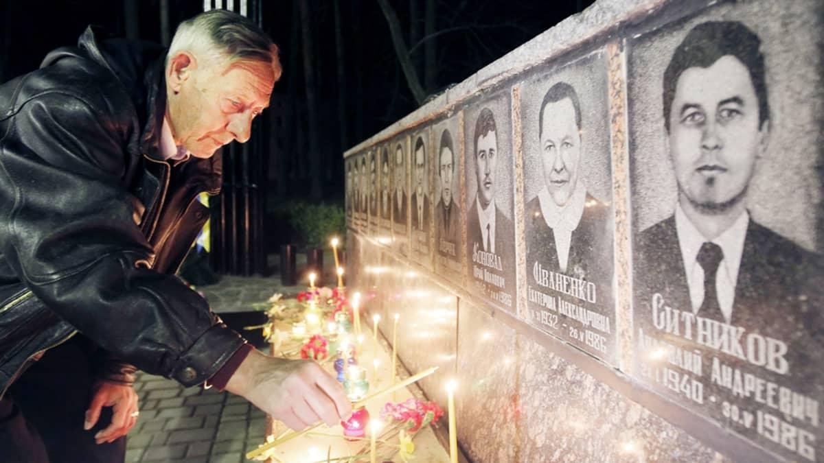 Ukrainalaiset sytyttävät kynttilöitä Tshernobylin ydinvoimalaonnettomuuden sammutustöissä kuolleiden muistoksi Slavutichissa maanantaina.