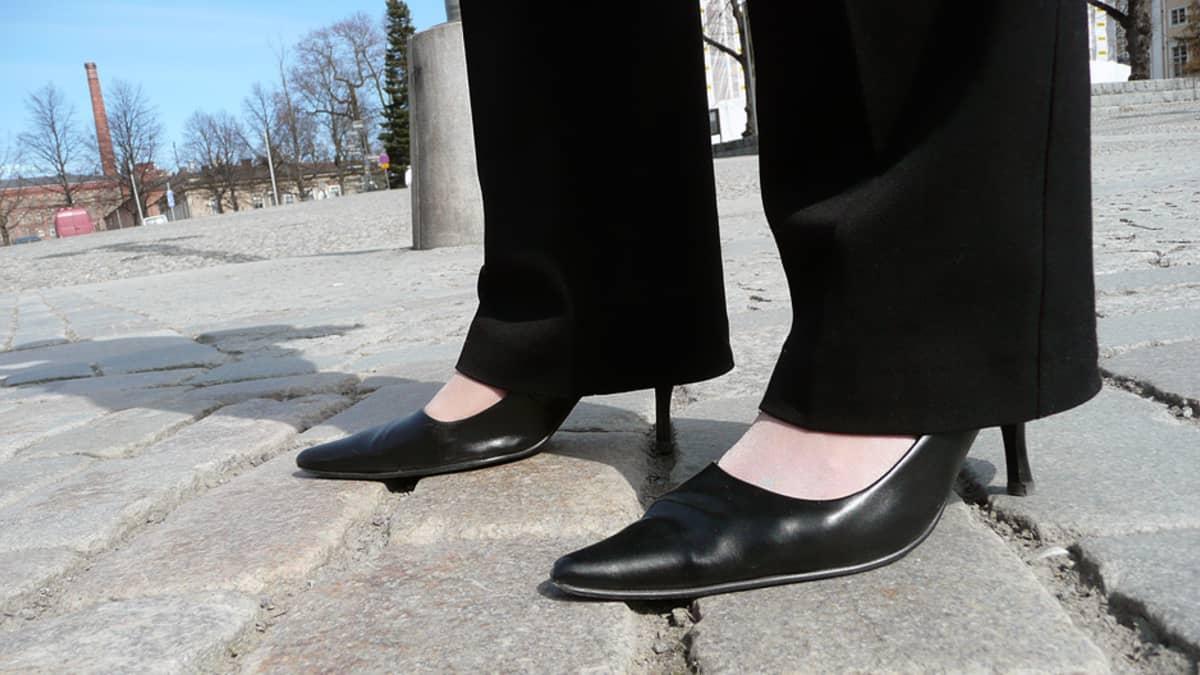 Kengät naisen jalassa