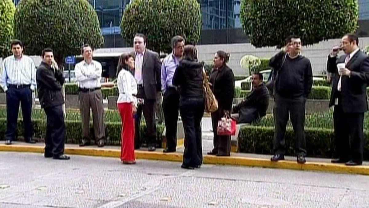 Ihmisiä seisomassa kadulla.