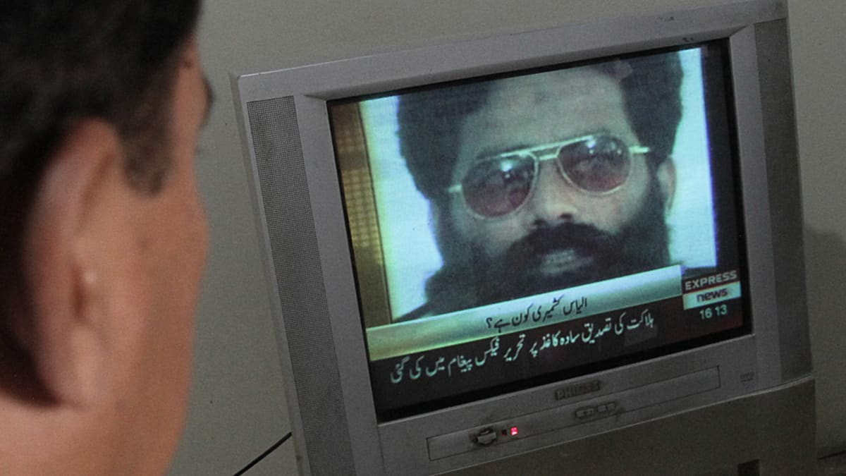 Pakistanilainen mies katsoo televisiosta uutista Ilyas Kashmirin tappamisesta