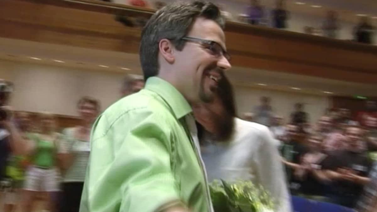 Ville Niinistö sai onnitteluja puoletovereiltaan tultuaan valituksi vihreiden puheenjohtajaksi.