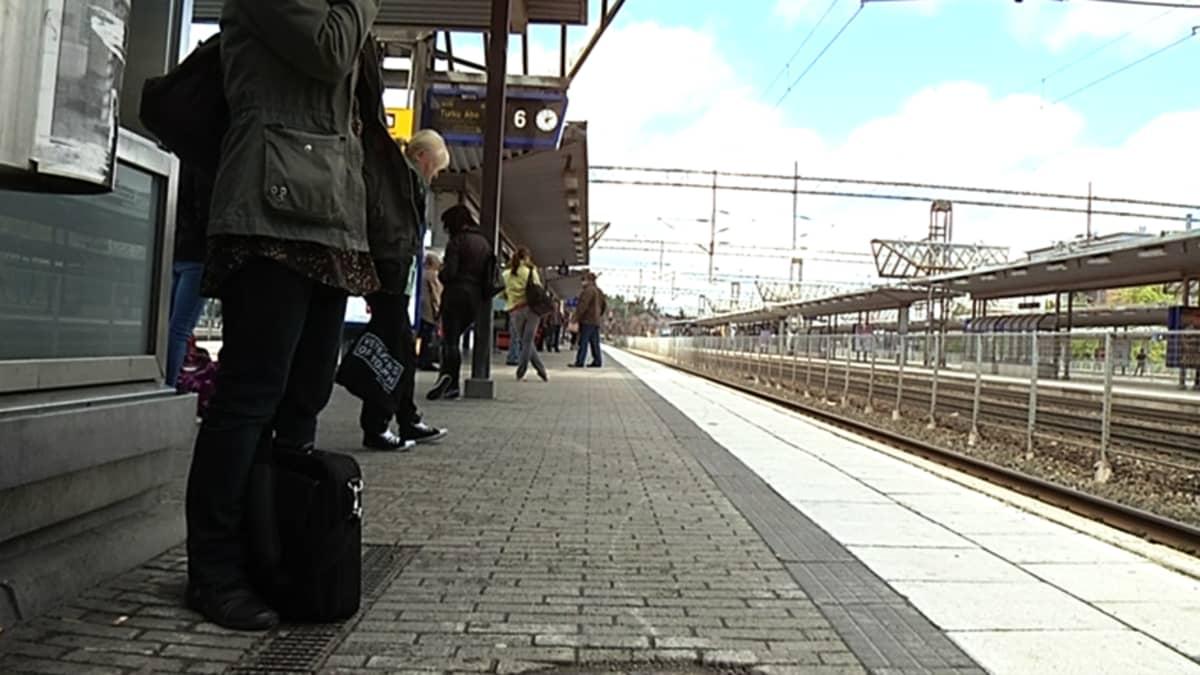 Matkustajat odottavat junaa Pasilan asemalla.