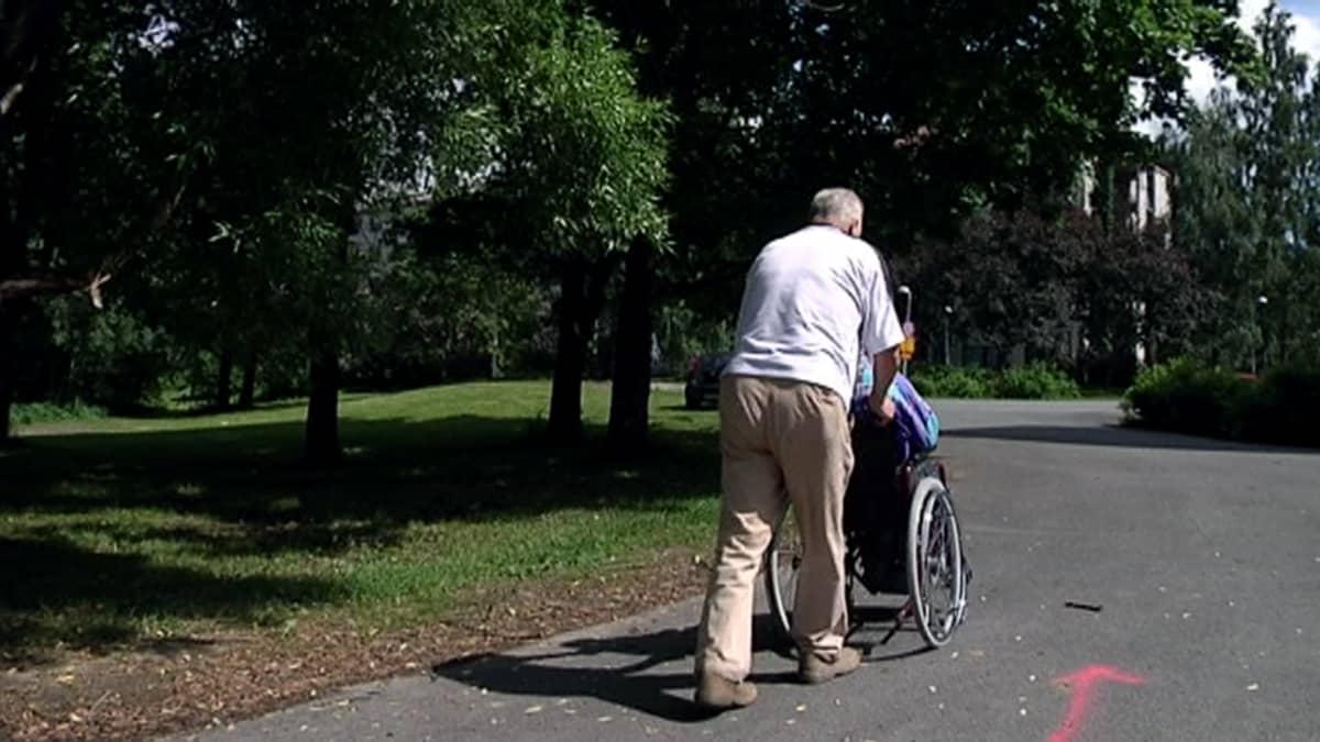 Pyörätuolilenkillä puistossa