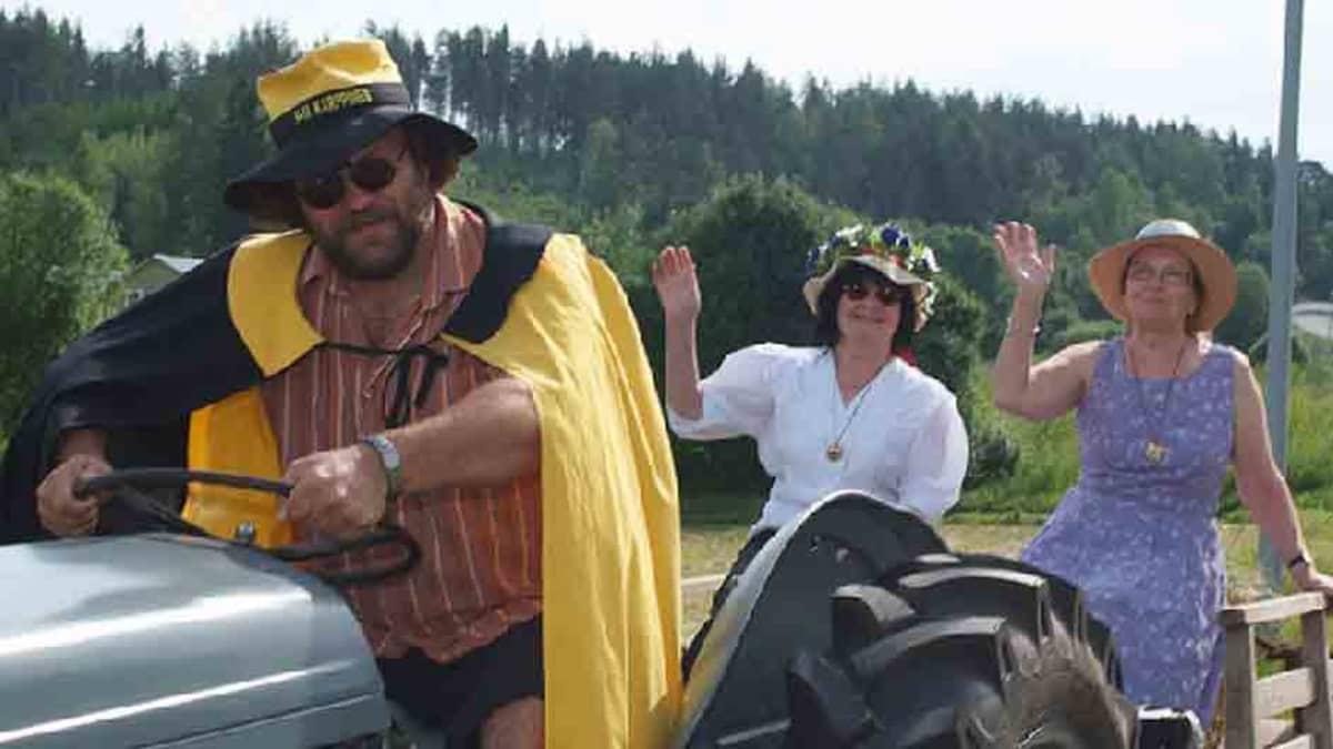 Mies ajaa traktoria