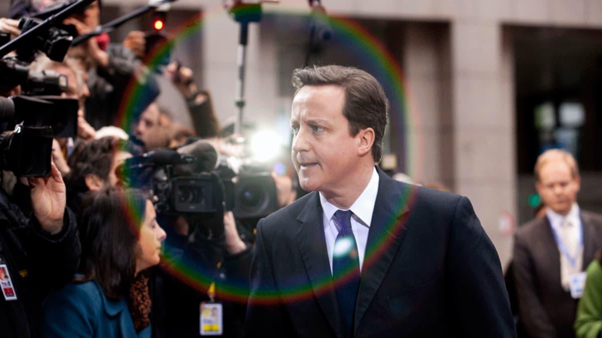 David Cameron lehdistön edessä. David Cameron saapui Euroopan johtajien kokoukseen Brysselissä lauantaina.