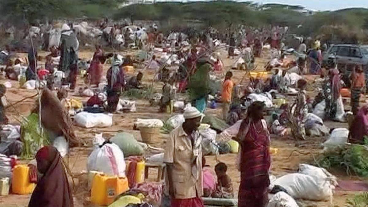 Kuivuutta paenneita ihmisiä pakolaisleirillä.