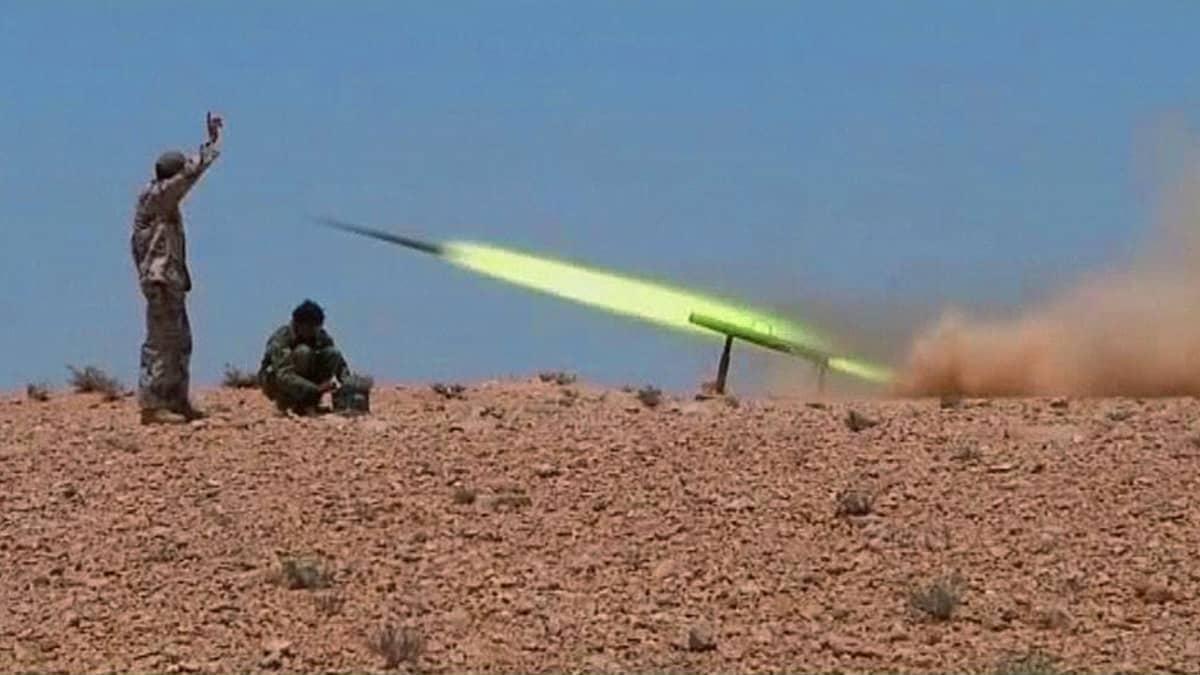 Libyan kapinallistaistelijat laukaisevat raketin kohti Muammar Gaddafille uskollisia joukkoja.