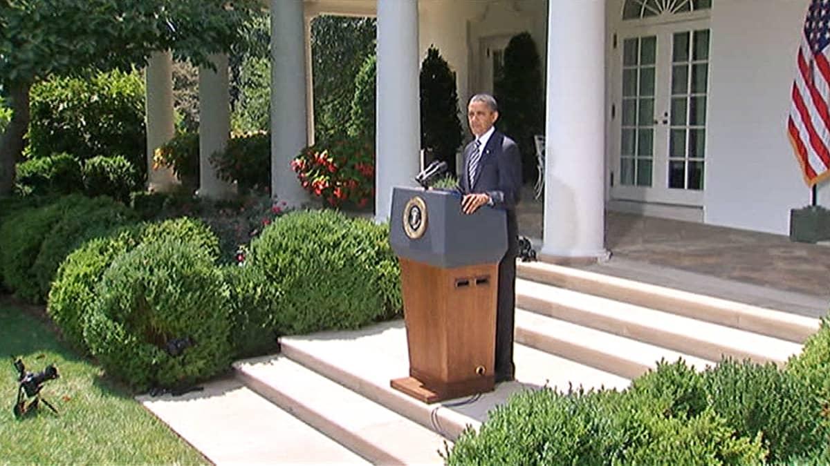 Barack Obama puhuu toimittajille Valkoisen talon puutarhassa.