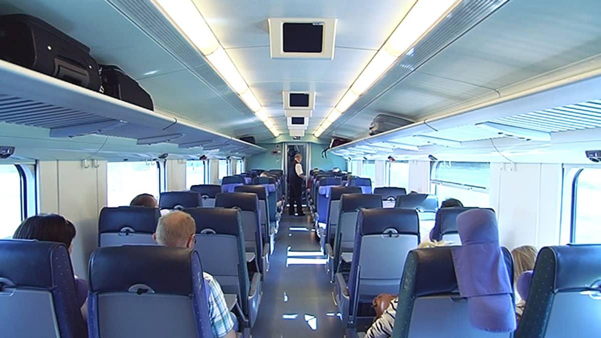 Matkustajia junassa.