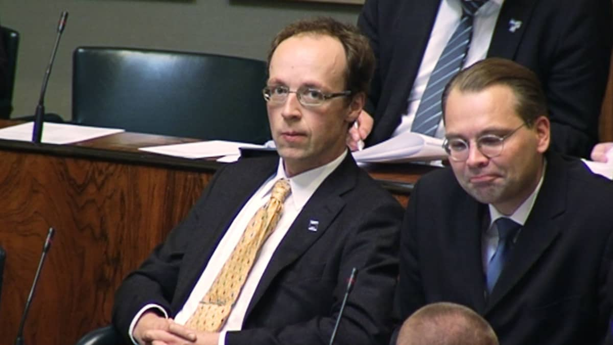Jussit Halla-aho ja Niinistö eduskunnan istuntosalissa.