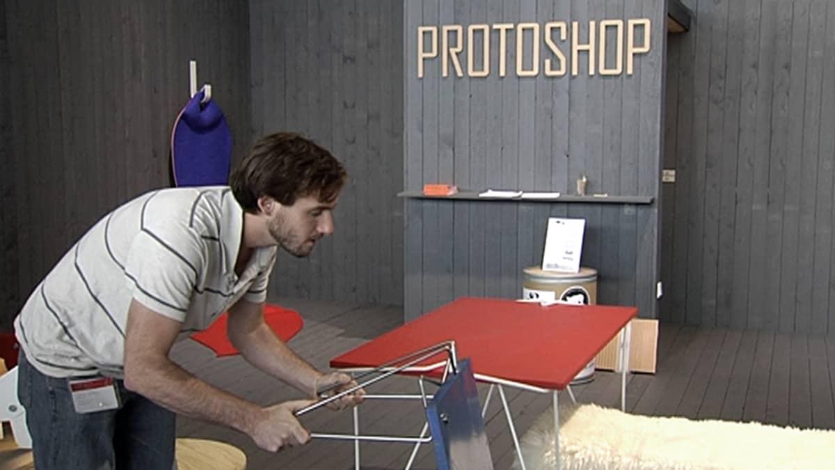 Jacob Schenk esittelee Tick-pöydänjalkaa.
