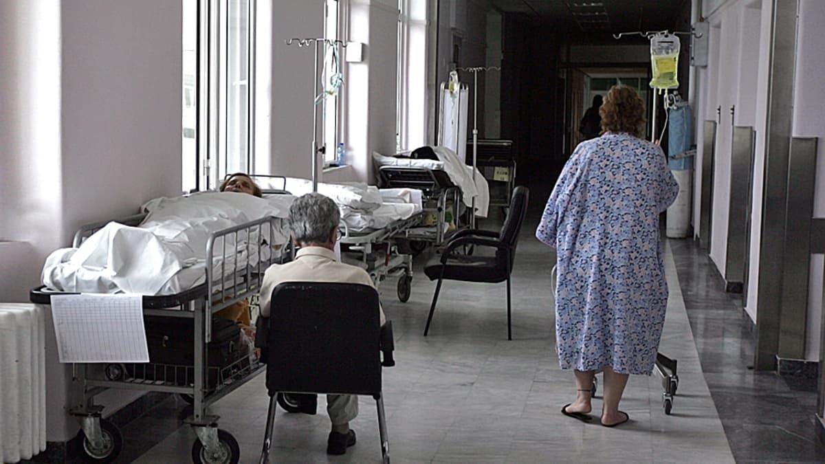 Potilaita ja vuoteita sairaalan käytävillä.