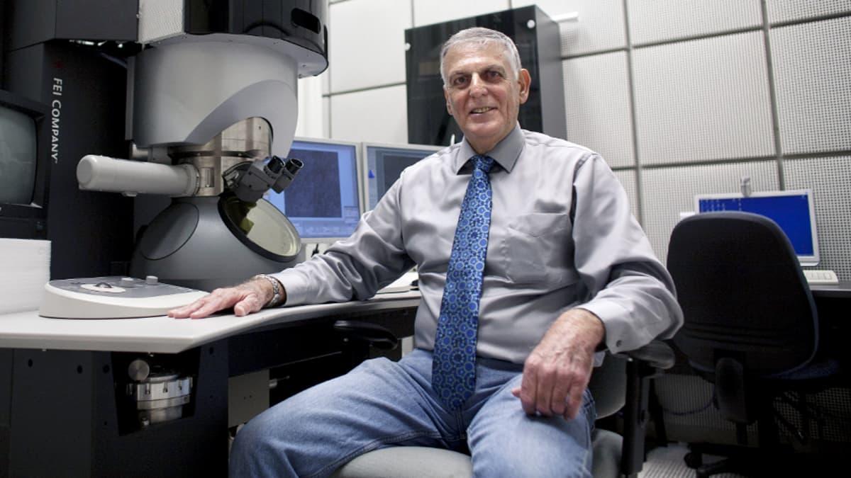 Daniel Shechtman laboratoriossaan Israelin teknologisessa instituutissa Haifassa