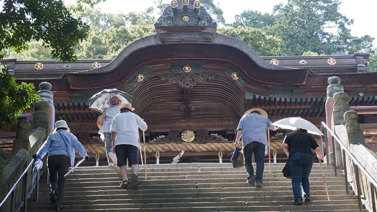 Turisteja kiipeämässä pyhiinvaellusreittiin kuuluvia Kotohiran pyhäkön portaita.