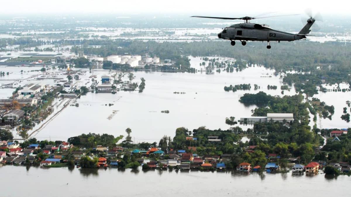 Helikopteri lentää tulvivien maiden yllä.