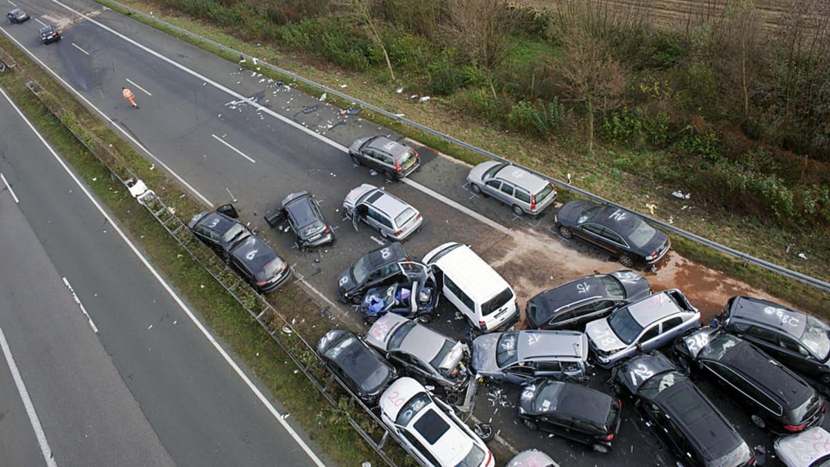 kolaroineet autot kasassa tiellä