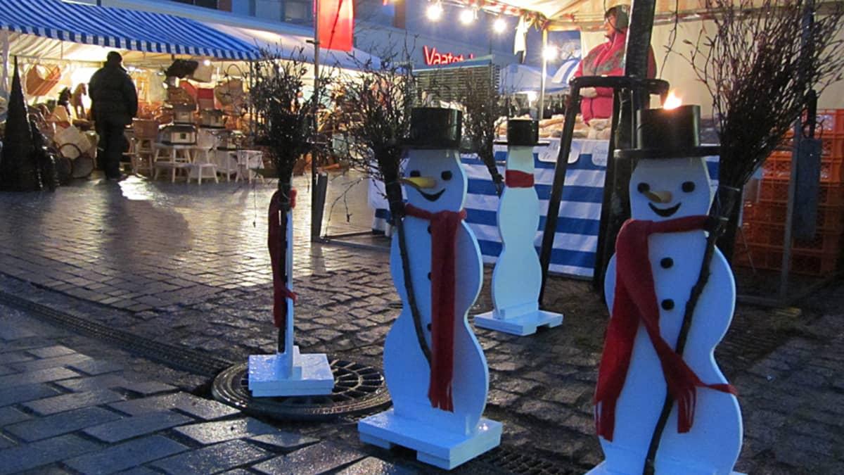 Lumiukot jaksoivat hymyillä vesisateesta huolimatta.