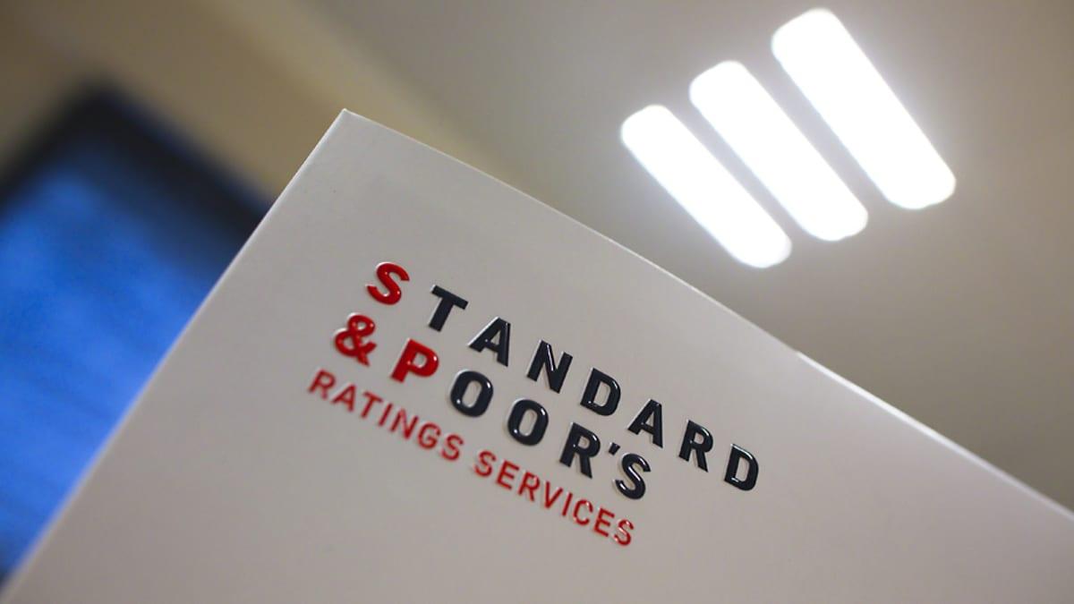 Kuvassa näkyy toimiston sisällä oleva teksti: Standard & Poor's Ratings Services.