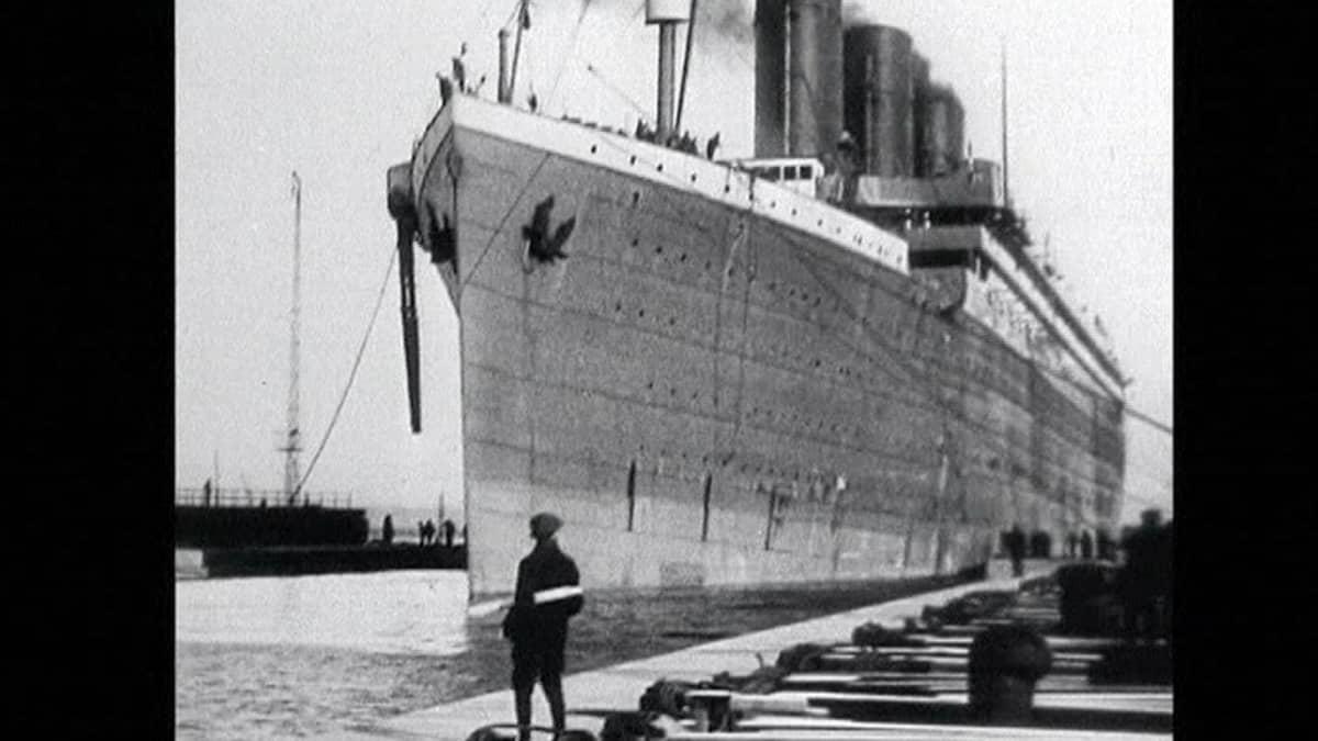 Titanic laiturissa Belfastissa Pohjois-Irlannissa sen ollessa lähdössä kohti Southamptonia 2. huhtikuuta 1912.