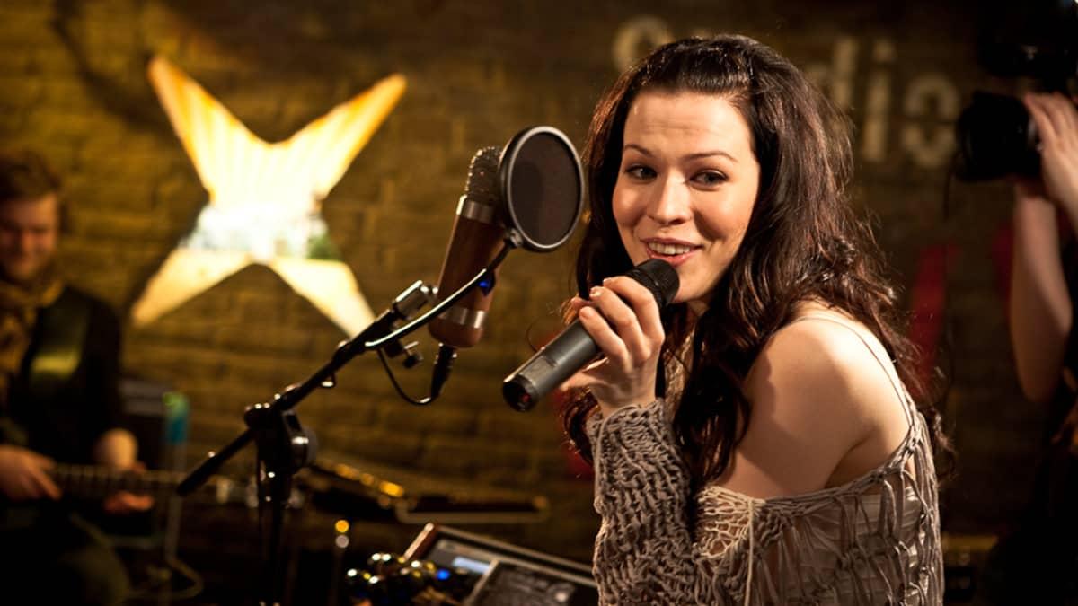 Jenni Vartiainen YleX:n Studio B:ssä.